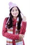 Colegiala bonita que sonríe con ropa del invierno Fotografía de archivo