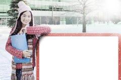 Colegiala con ropa de la cartelera y del invierno Fotografía de archivo