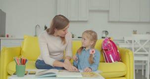 Colegiala de enseñanza de la mamá para solucionar ejemplo matemático almacen de video