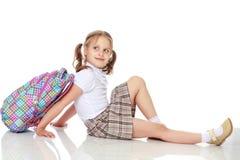 Colegiala de la muchacha que se sienta en el piso Fotos de archivo libres de regalías