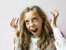 Colegiala de pelo rubio linda de la muchacha en un fondo ligero Educación Emociones y sensaciones Fotografía de archivo libre de regalías