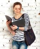 Colegiala del adolescente con el libro de textos Imagen de archivo