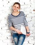 Colegiala del adolescente con el ordenador de la tablilla Fotografía de archivo