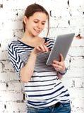 Colegiala del adolescente con el ordenador de la tablilla Foto de archivo libre de regalías