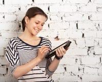 Colegiala del adolescente que usa el ordenador de la tablilla Fotos de archivo libres de regalías