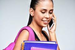 Colegiala del adolescente que usa el teléfono celular y feliz Fotografía de archivo libre de regalías