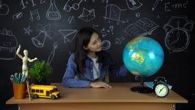 Colegiala, estudiante que se sienta en un escritorio, haciendo la preparación Educación en la escuela, universidad, universidad almacen de video