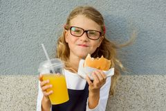 Colegiala feliz del retrato al aire libre pequeña con el almuerzo Foto de archivo