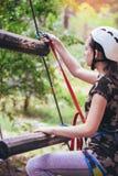 Colegiala feliz que disfruta de actividad en un parque de la aventura que sube Fotografía de archivo