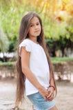 Colegiala hermosa con el pelo largo en el parque Wi de la muchacha de Prety foto de archivo libre de regalías