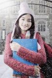 Colegiala hermosa con el suéter en la escuela Imagen de archivo libre de regalías