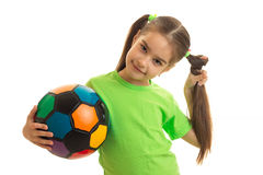Colegiala joven con el balón de fútbol multicolor en manos Imagen de archivo