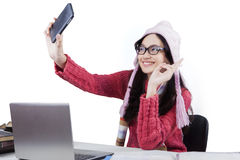 Colegiala linda con el suéter que toma el selfie Imagenes de archivo