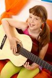 Colegiala linda con la guitarra Imagenes de archivo