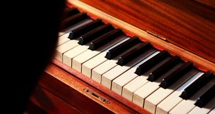 Colegiala que aprende el piano en la clase de música 4k metrajes