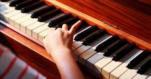 Colegiala que aprende el piano en la clase de música 4k almacen de video