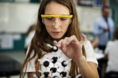 Colegiala que aprende la sala de clase de la ciencia Imagenes de archivo