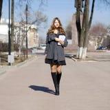 Colegiala que camina en la calle soleada de la primavera Fotos de archivo libres de regalías