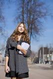 Colegiala que camina en la calle soleada de la primavera Imágenes de archivo libres de regalías