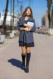 Colegiala que camina en la calle soleada de la primavera Fotografía de archivo libre de regalías