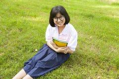 Colegiala que celebra los libros y la sonrisa Fotografía de archivo libre de regalías