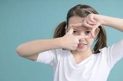 Colegiala que juega con los dedos Foto de archivo
