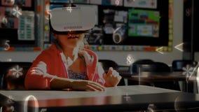 Colegiala que lleva las auriculares de la realidad virtual metrajes