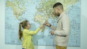 Colegiala que muestra países en un mapa del profesor almacen de metraje de vídeo