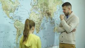Colegiala que muestra países en un mapa del profesor metrajes