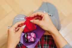 Colegiala que sostiene los regalos y la tarjeta de la enhorabuena Fotografía de archivo libre de regalías