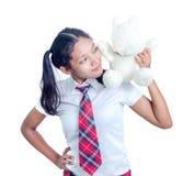 Colegiala que sostiene un oso de peluche Imagen de archivo