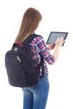 Colegiala que usa la tableta aislada en blanco Foto de archivo
