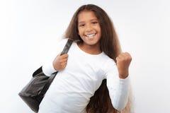 Colegiala sonriente con una mochila que hace sí gesto Foto de archivo