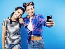 Colegialas adolescentes de los mejores amigos junto que se divierten, planteando el em Imagen de archivo libre de regalías