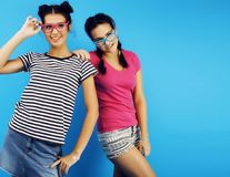 Colegialas adolescentes de los mejores amigos junto que se divierten, presentación emocional en el fondo azul, sonrisa feliz de l Foto de archivo libre de regalías