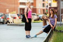 Colegialas adolescentes en la calle de la ciudad Foto de archivo libre de regalías
