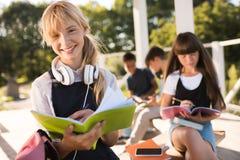 Colegialas adolescentes felices Fotografía de archivo libre de regalías