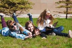 Colegialas en un campus Imagen de archivo libre de regalías