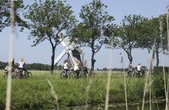Colegialas en una bici en los Países Bajos Fotografía de archivo libre de regalías