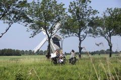 Colegialas en una bici en los Países Bajos Imagenes de archivo