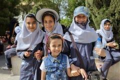 Colegialas iraníes que presentan para el fotógrafo en el parque de la ciudad, Shiraz Imagen de archivo libre de regalías