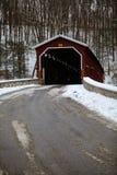 Colemansville täckte bron efter vintersnö Royaltyfri Fotografi