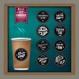 A coleção de crachás mega do café e o logotipo projetam no copo de café no quadro Imagens de Stock Royalty Free