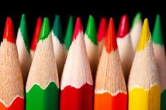 Colered-Zeichenstift, Bleistiftmakrotrieb gegen einen dunklen Hintergrund Stockfotos