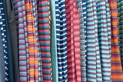 Colerful-Kleidung auf Aufhänger im Markt Stockbilder