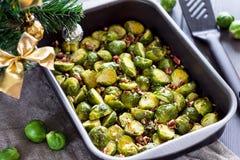 Coles de Bruselas cocinadas con las nueces de pacana en un ChristmasTable imágenes de archivo libres de regalías