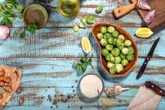Coles de Bruselas con los ingredientes para cocinar la comida sana cure imágenes de archivo libres de regalías