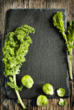 Coles verdes frescas de la col rizada y de Bruselas Imagen de archivo