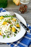 Coleslaw και πορτοκάλι σε ένα άσπρο πιάτο Στοκ Φωτογραφίες