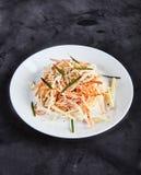 Coleslaw σαλάτα στο άσπρο πιάτο Στοκ Εικόνες